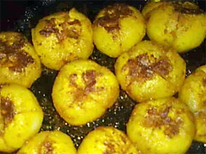 Bharwa tinda recipe spicy side dish of uttar pradesh boldsky ever tasted the mouth watering uttar pradesh recipes well for that you need not have to travel till up as the tasty bharwa tinda can be made at home forumfinder Images