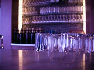 bar decor tips for your home boldskycom - Bar Decor