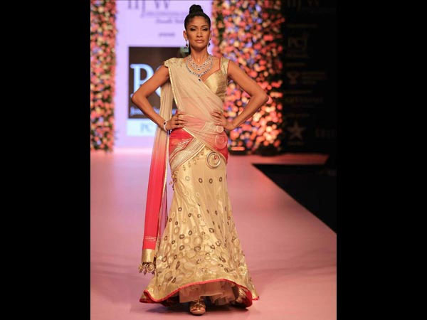 Try These Indian Hairstyles With Lehenga Boldsky