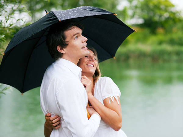 Romance In The Rain Tips For Married Couples - Boldsky.com