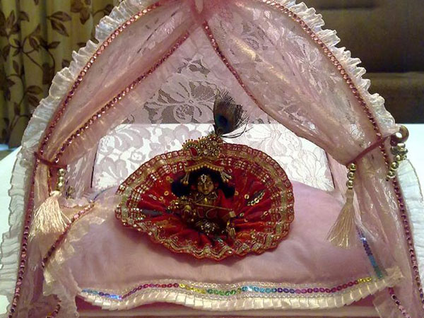Ways to decorate krishna for janmashtami for Baby palna decoration