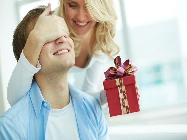 creative ways to surprise your boyfriend - boldsky