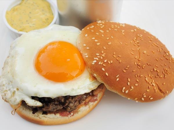 Boiled Eggs Burger For Breakfast - Boldsky.com