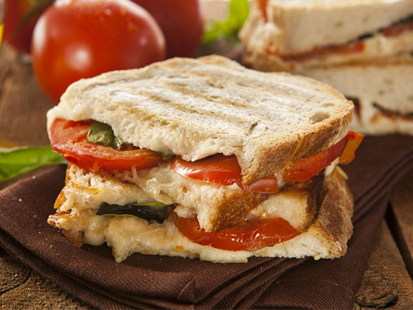 Tangy Cheese And Grilled Tomato Sandwich