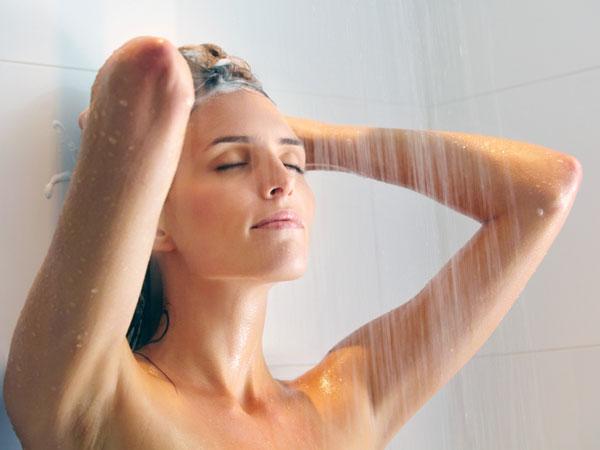 Мамка принимает душ и показывает вагину  537334