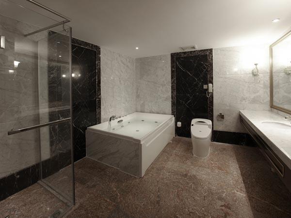 Easy tips to make bathroom look bigger for Latest bathroom tile trends 2015