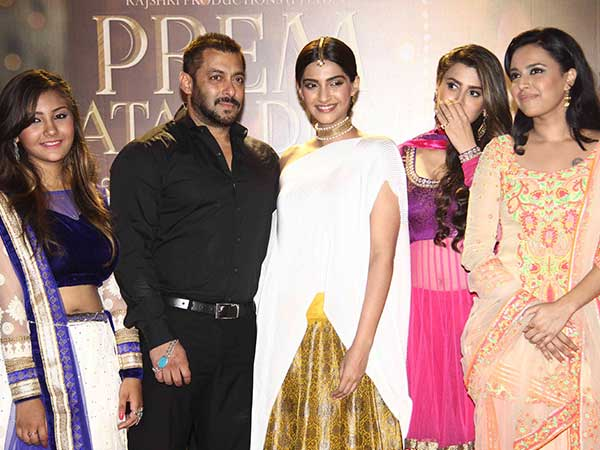 Look who we've got here: Prem Ratan Dhan Payo duo Sonam and Salman at the promotions of the said movie. And they look drop-dead gorgeous!