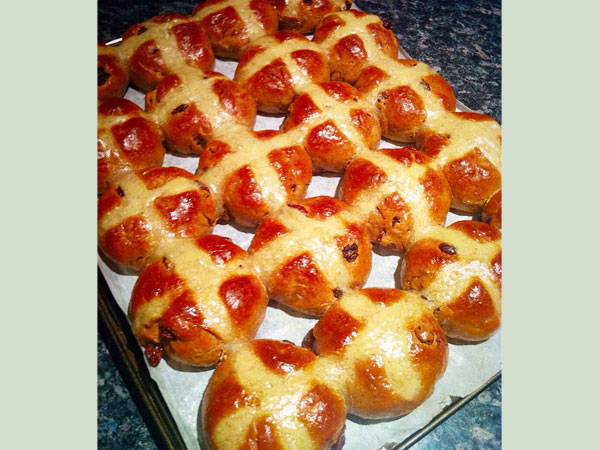 significance of hot cross buns at easter time