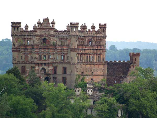 Abandoned mansions castles around the world for Mansions around the world