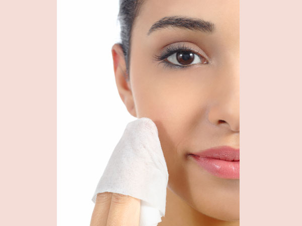How to manage oily skin Skin care for people who have oily skin can be a tricky prospect. Many commercial moisturizers, even ones that marketed as non-comedogenic, can clog pores and cause acne.