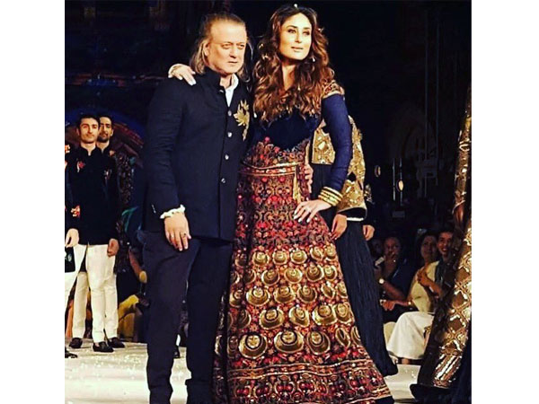 Grand Finale LFW S R 2016  Kareena Kapoor Walks For Rohit Bal. Fashion 0e5d94f0bb