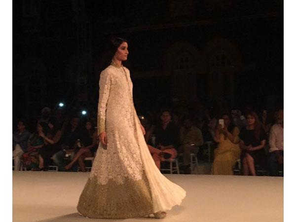 Grand Finale LFW S R 2016  Kareena Kapoor Walks For Rohit Bal ... 5c118f1d33