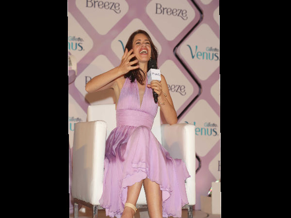 The hotshot diva Kalki Koechlin was spotted at the launch of Gillette Venus Breeze in New Delhi. As usual, the unconventional lady who is known for her outspoken nature, Kalki looked pretty and hot at the same time. The brand ambassador of Gillette Venus looked ravishingly beautiful in the mauve dress. Her dress colour was matching the theme colour of the product and we think Kalki rocked the look. With all her stances she also got captured in the Marilyn Monroe signature pose