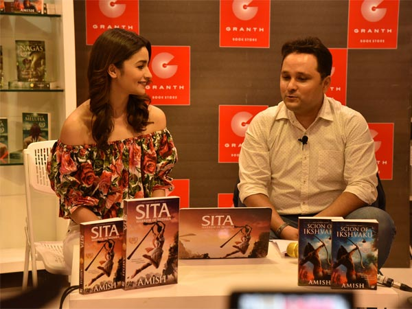 alia bhatt at amish's book launch