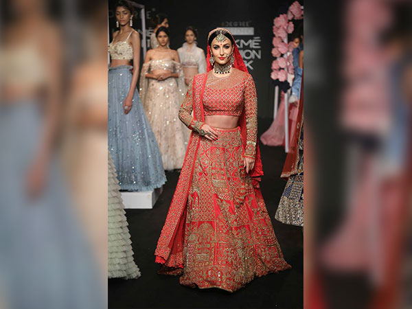 elli avram walked the ramp at lakme fashion week 2017