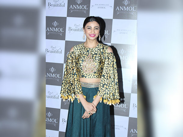 daisy shah at anmol jewellers launch campaign