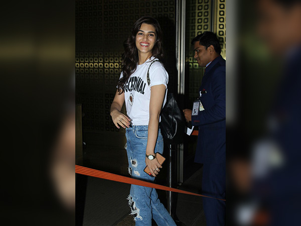 celebrities wearing distressed jeans at airport
