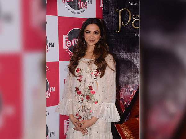 Deepika Padukone's Dress Caught Our Eyes During Ghoomar's ...
