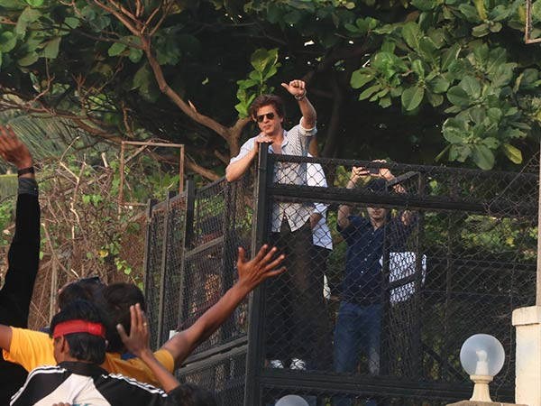 shah rukh khan with his fans on his birthday