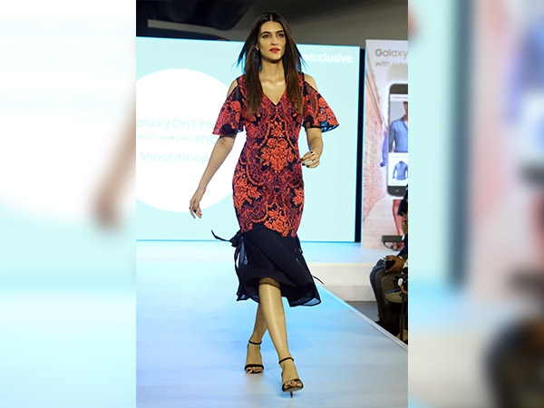 Kriti Sanon Was Slaying The Ramp During A Phone Launch Event In Gurgaon