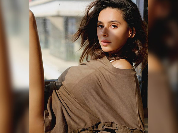 shibani dandekar topless look goes viral