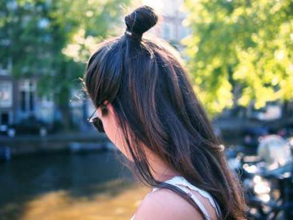 Ambil setengah bagian rambut Anda, ikat menjadi ekor kuda di bagian atas kepala.