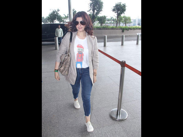 Twinkle Khanna Notches Up Her Airport Look With This Quirky Tee And A Printed Side Bag