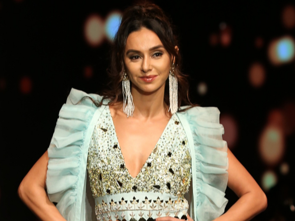 Shibani Dandekar Lotus Makeup India Fashion Week