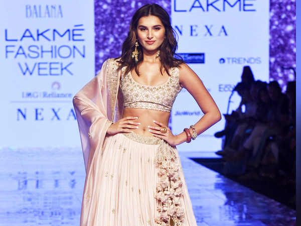 Tara Sutaria Turns Showstopper For Punit Balana At Lakme Fashion Week Summer Resort Boldsky Com