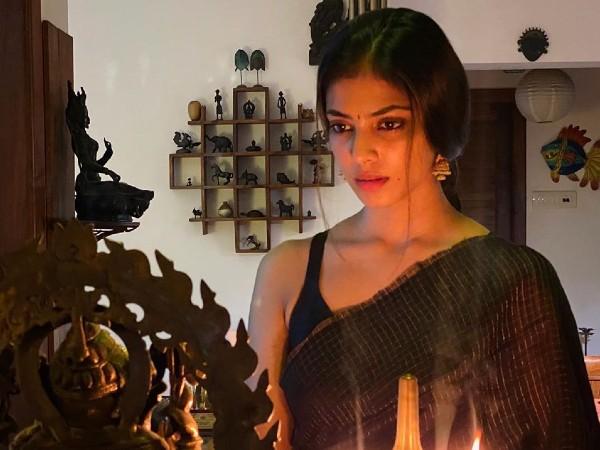 Malavika Mohanan In A Black Saree