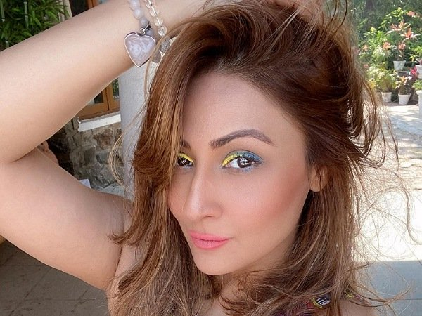 Urvashi Dholakia Goes Creative With Her Eye Makeup And Flaunts Blue And Yellow Liner!