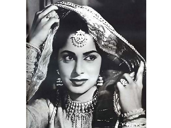 Flashback Friday: Waheeda Rehman's Mesmerising Chaudhvin Ka Chand Look Decoded