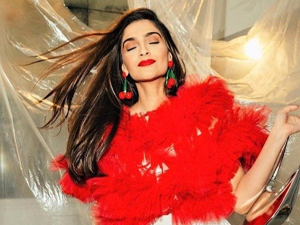 Sonam Kapoor's Peach Eye Shadow And Bright Red Lipstick Make For A Perfect Party Makeup Look