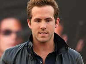 Ryan Reynolds Scarlett Girlfriend Agnes 140311 Aid