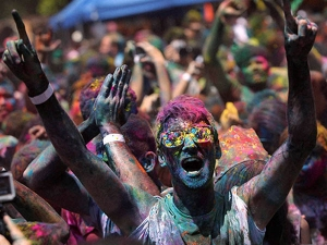 Ten Eye Care Tips While Playing Holi