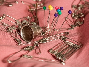 Creative Ways To Use Safety Pins 090051