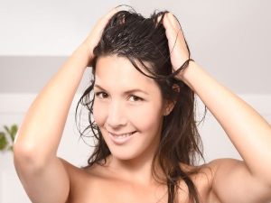 Ways To Tame Hair Using Oil