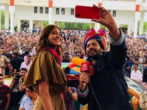 Varun Dhawan Anushka Sharma Simple Look Sui Dhaaga Promotion