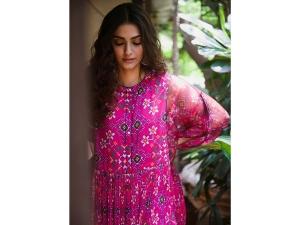 Sonam Kapoor Breezy Attire Ganesh Chaturthi