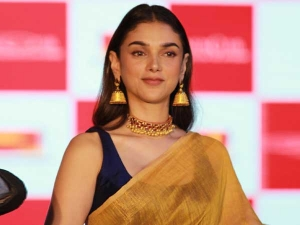 Padmavat Actress Aditi Rao Hydari In A Plain Yellow Sari At Linen Club Fashion Show