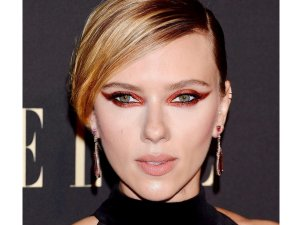 Sacrlett Hohansson In A Smokey Cat Eye Make Up Look At Elle Women In Hollywood Event