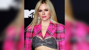 Avril Lavigne Steals The Limelight In Her Pink Paid Suit At The Mtv Vmas 2021