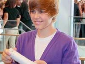 Justin Bieber Valentines Day Mom 100211 Aid