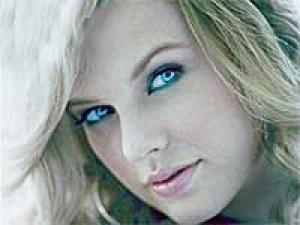 Taylor Swift Love 150211 Aid