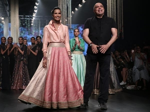 Padma Lakshmi Walks For Tarun Tahiliani Lakme Fashion Week S R