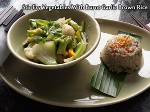 Stir Fry Vegetables In White Garlic Sauce With Burnt Garlic Brown Rice