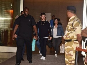 Nick Jonas Arrives At The Mumbai Airport In Style And This Time With His Parents