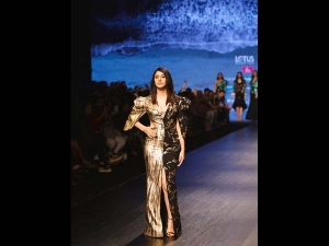 Warina Hussain S Black Golden Showstopper Gown At The India Fashion Week