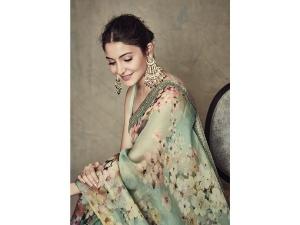 Anushka Sharma Soft Glam Make Up For The Nbt Awards
