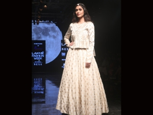 Mrunal Thakur S Showstopper Look At The Lakme Fashion Week Week Winter Festive